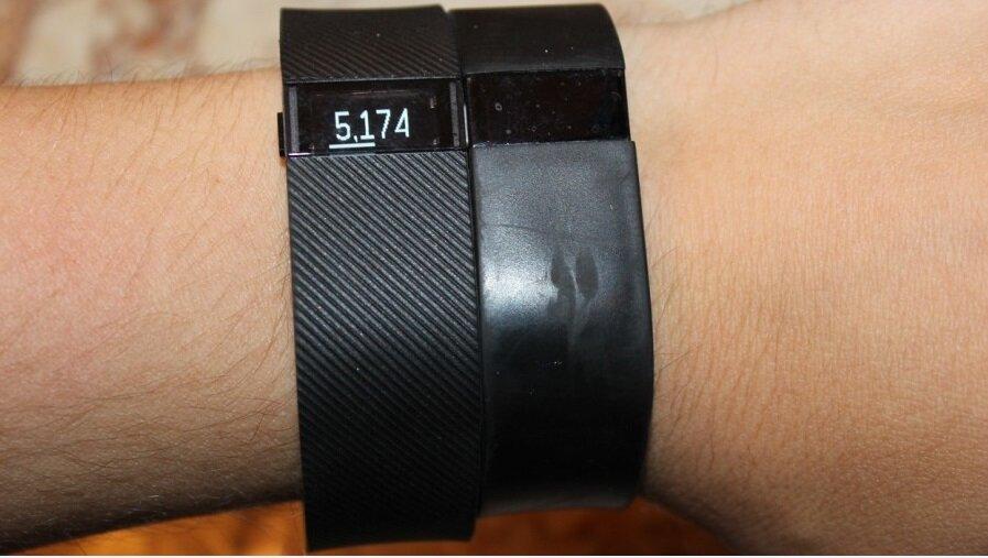 Фитнес трекеры Fitbit Charge (слева) и Fitbit Force (справа)